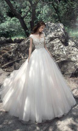 Невероятно пышное свадебное платье с открытой спинкой.