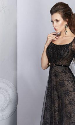 Черное вечернее платье с открытой спинкой и отделкой пайетками.