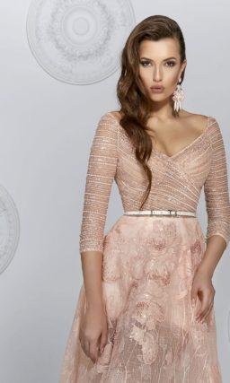 Бежевое вечернее платье с юбкой А-силуэта и облегающими рукавами.