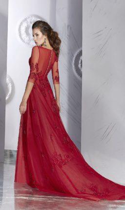 Алое вечернее платье с рукавами длиной в три четверти и сияющей отделкой.