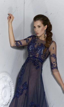 Длинное вечернее платье с эффектной синей отделкой кружевными аппликациями.