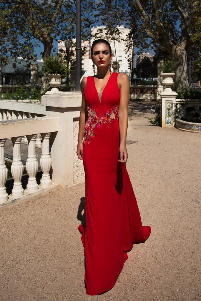 Прямое вечернее платье алого цвета с вышивкой и длинным шлейфом.