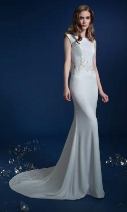 Лаконичное свадебное платье «рыбка» с эффектным округлым вырезом сзади.