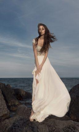 Изысканное свадебное платье прямого кроя с кружевным верхом.
