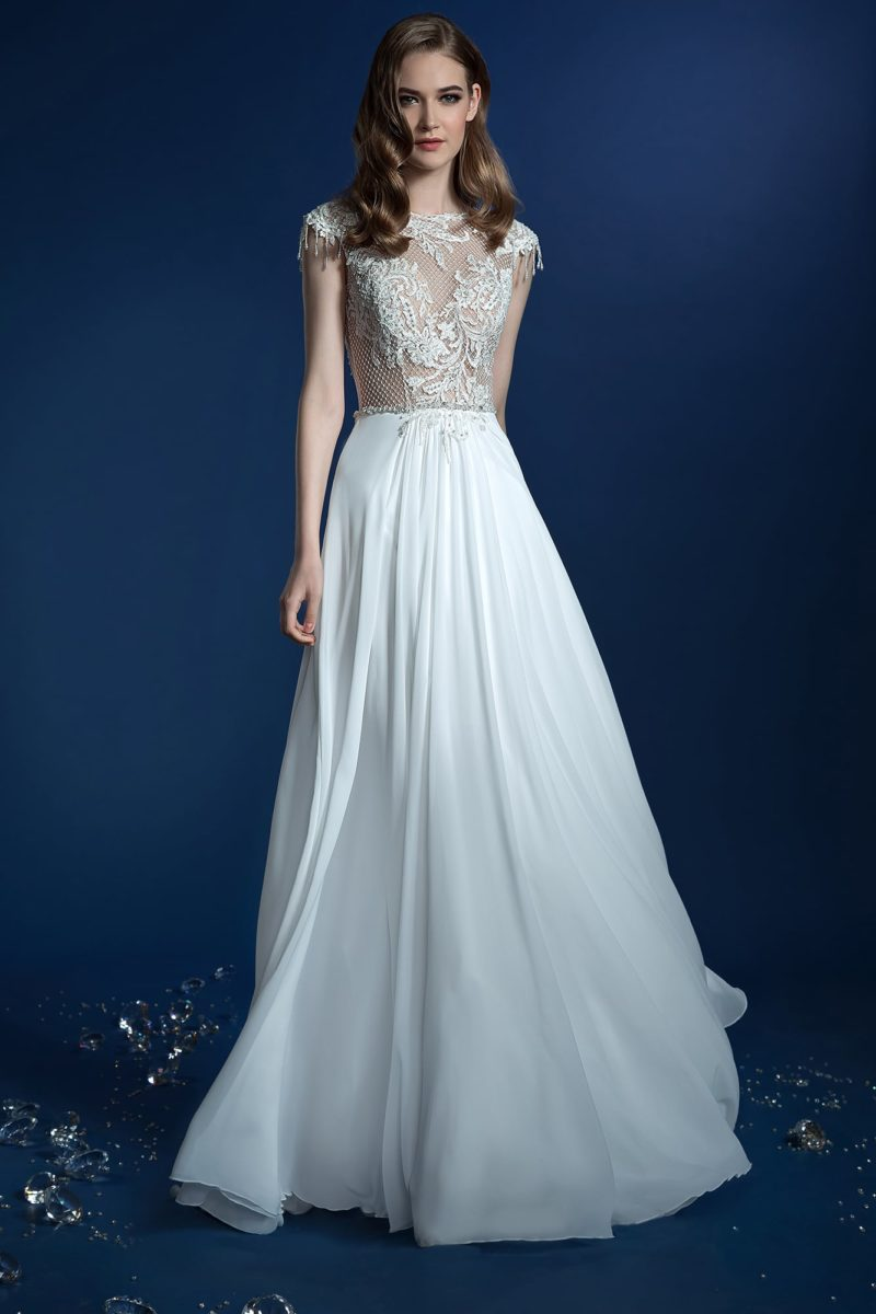 Прямое свадебное платье с полупрозрачным фактурным верхом.