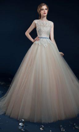 Персиковое свадебное платье с цветным поясом и закрытым лифом.
