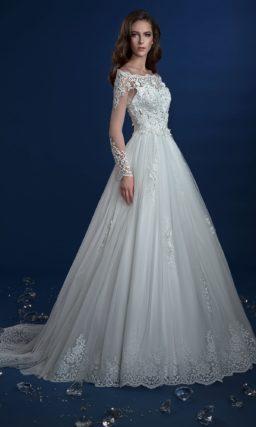 Пышное свадебное платье с портретным декольте и отделкой из кружева.