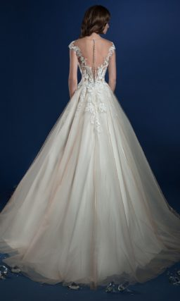 Пышное свадебное платье с кружевным верхом и полупрозрачной спинкой.