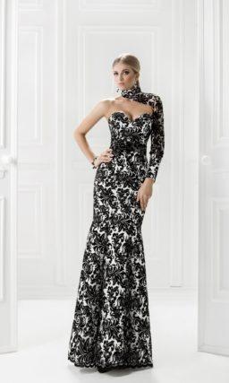 Открытое вечернее платье с черным кружевным узором.