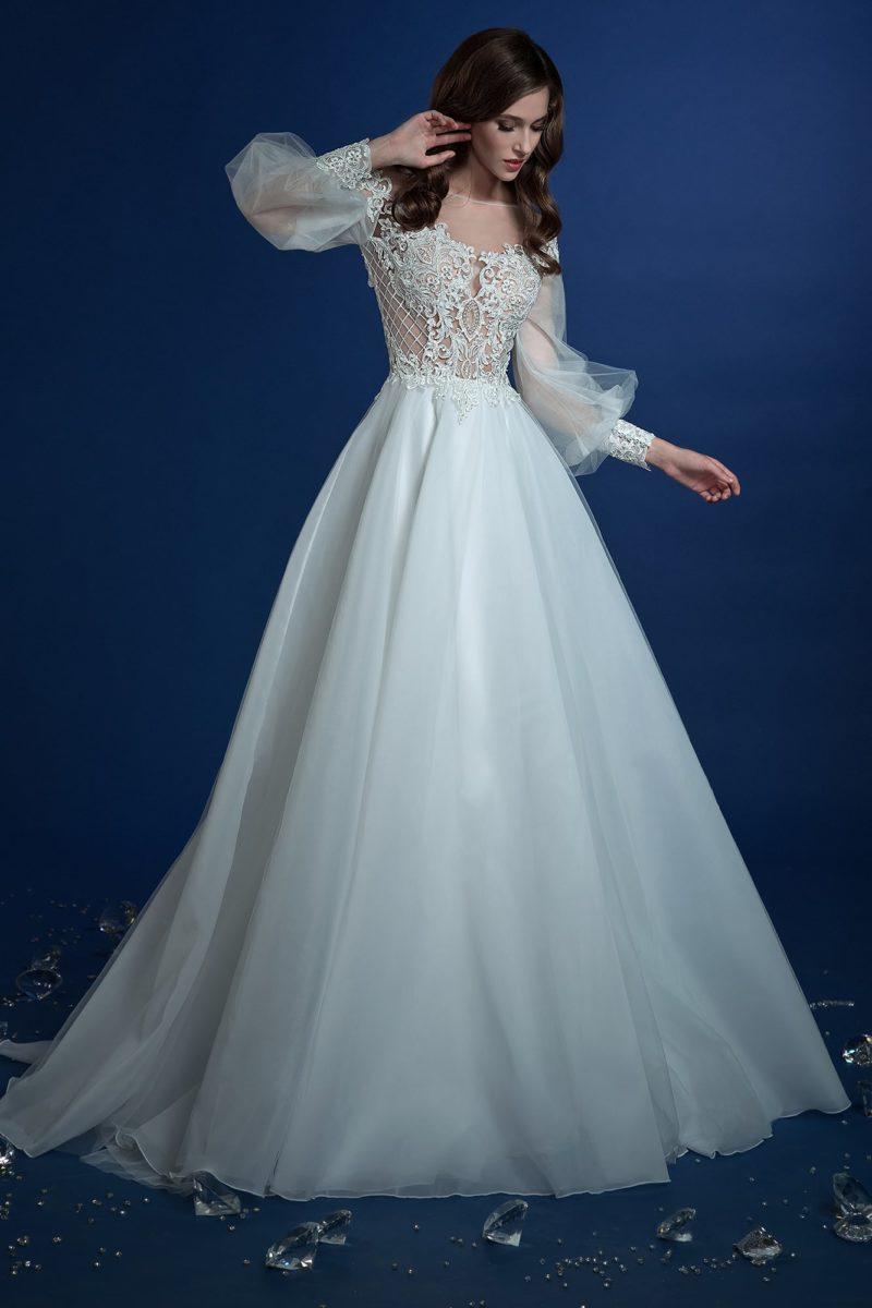 Удивительное свадебное платье пышного кроя с широким рукавом.