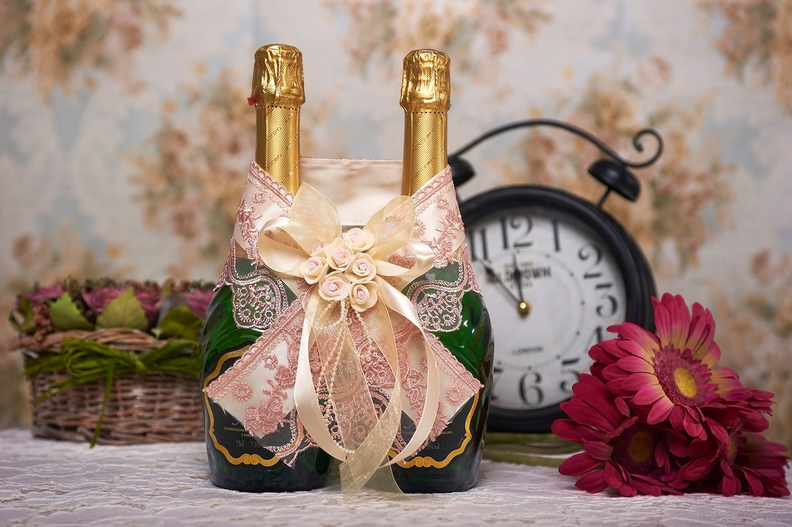 Украшение для шампанского из кружева и атласной ленты кремового цвета.
