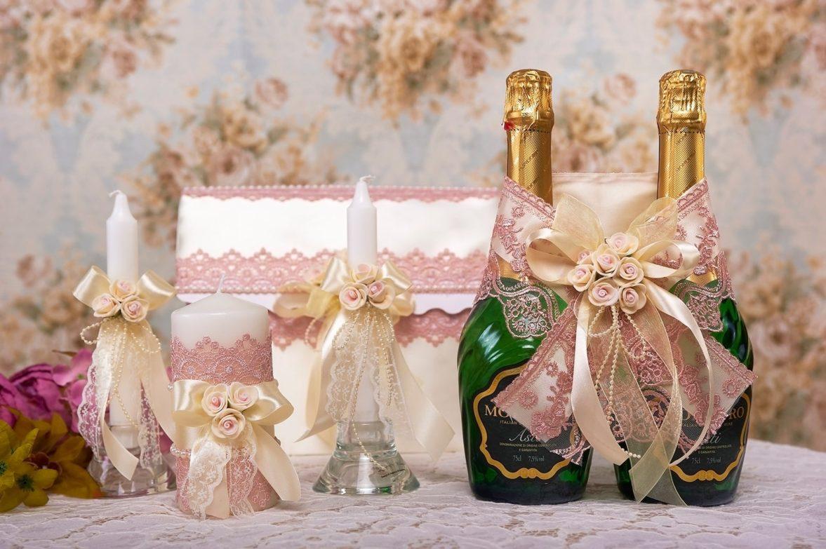 Белый свадебный набор, украшенный плотным розовым кружевом.