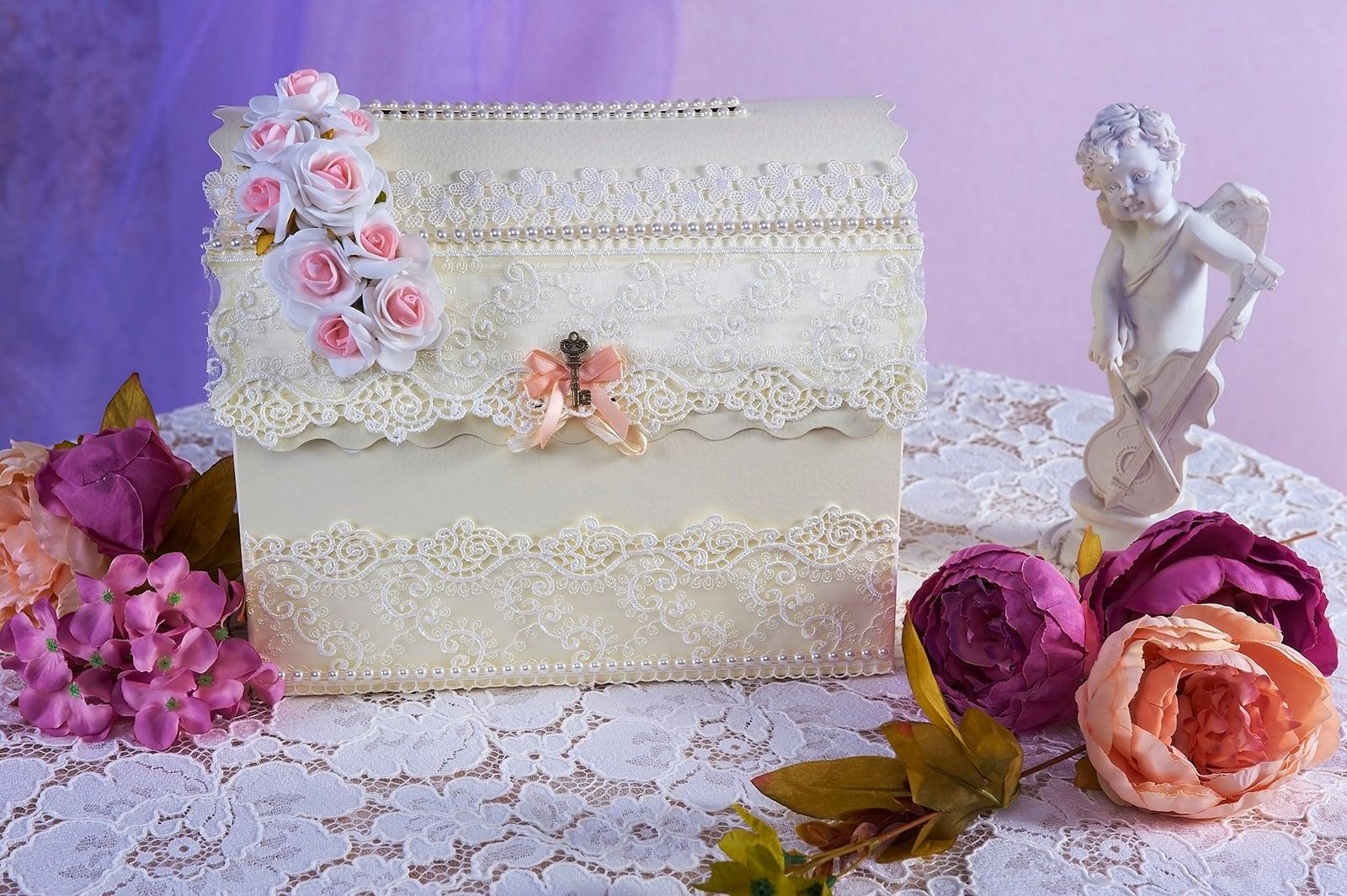 Свадебная корзинка цвета слоновой кости с розовой отделкой.