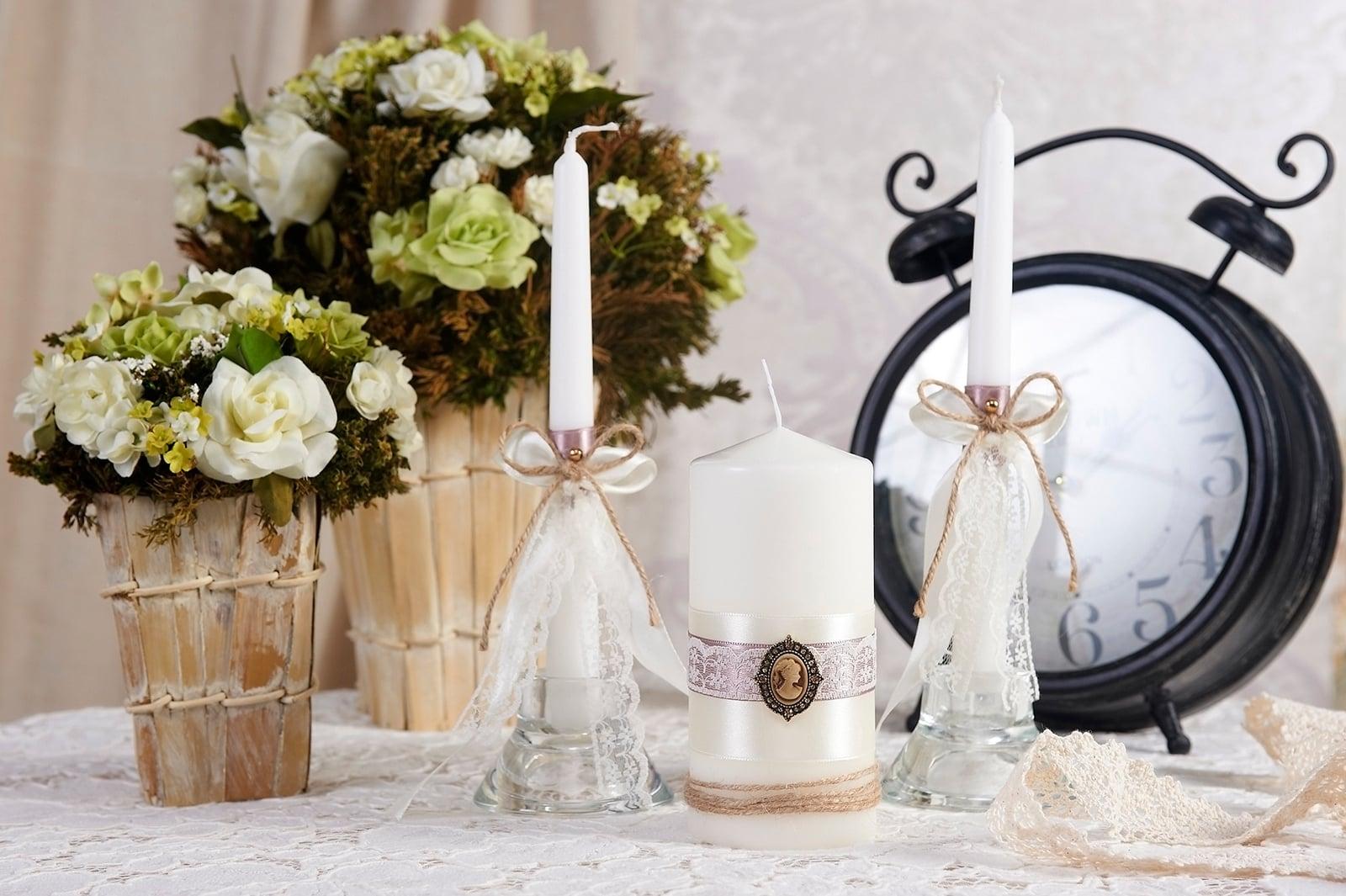 Лаконичные свадебные свечи с декором из кружева и камеи.