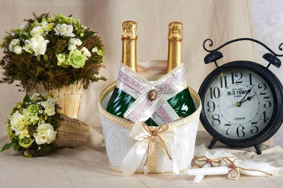 Атласное украшение на шампанское, декорированное камеей и кружевом.