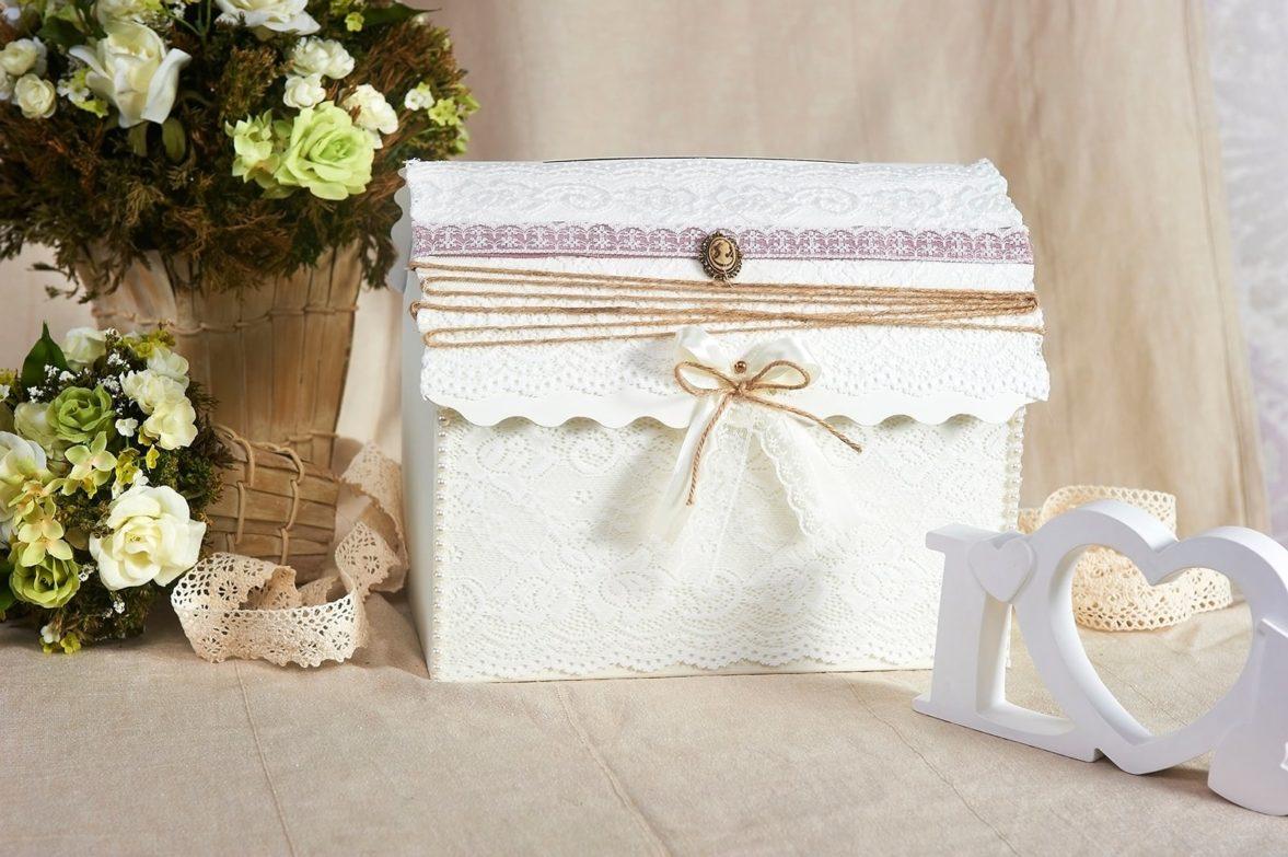 Свадебная корзинка с кружевом и золотистым декором, дополненным камеей.