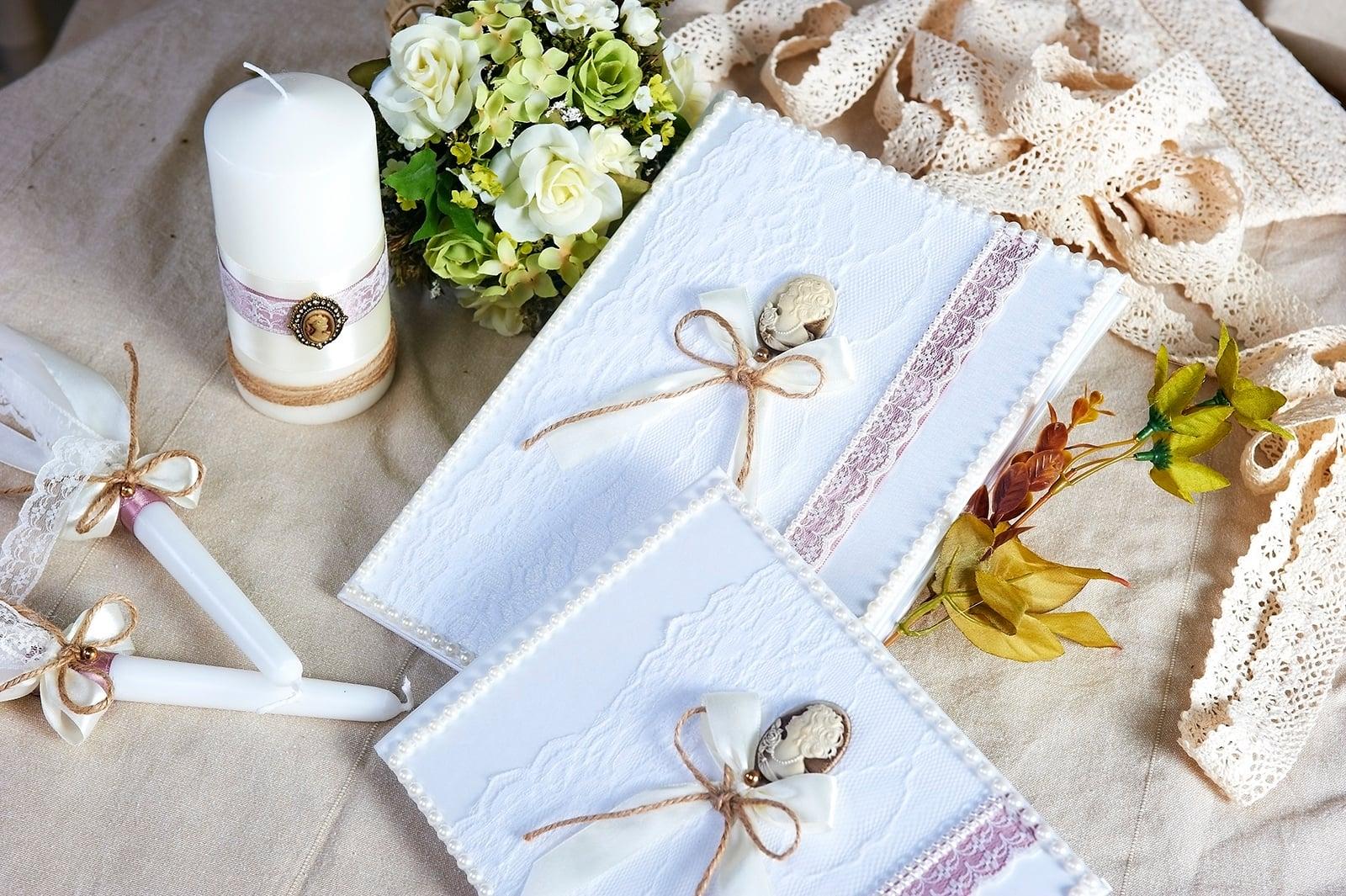 Свадебный набор с отделкой белым кружевом и небольшими камеями.
