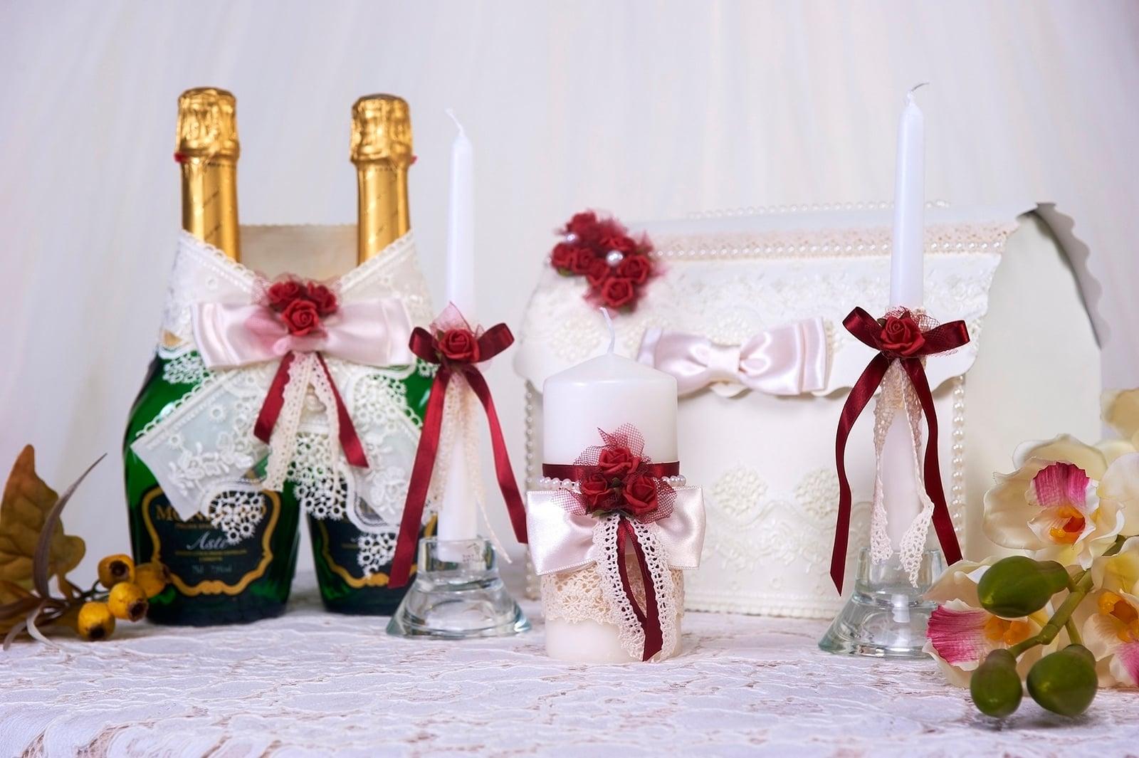 Белый свадебный набор с кружевом и алыми лентами и бутонами.