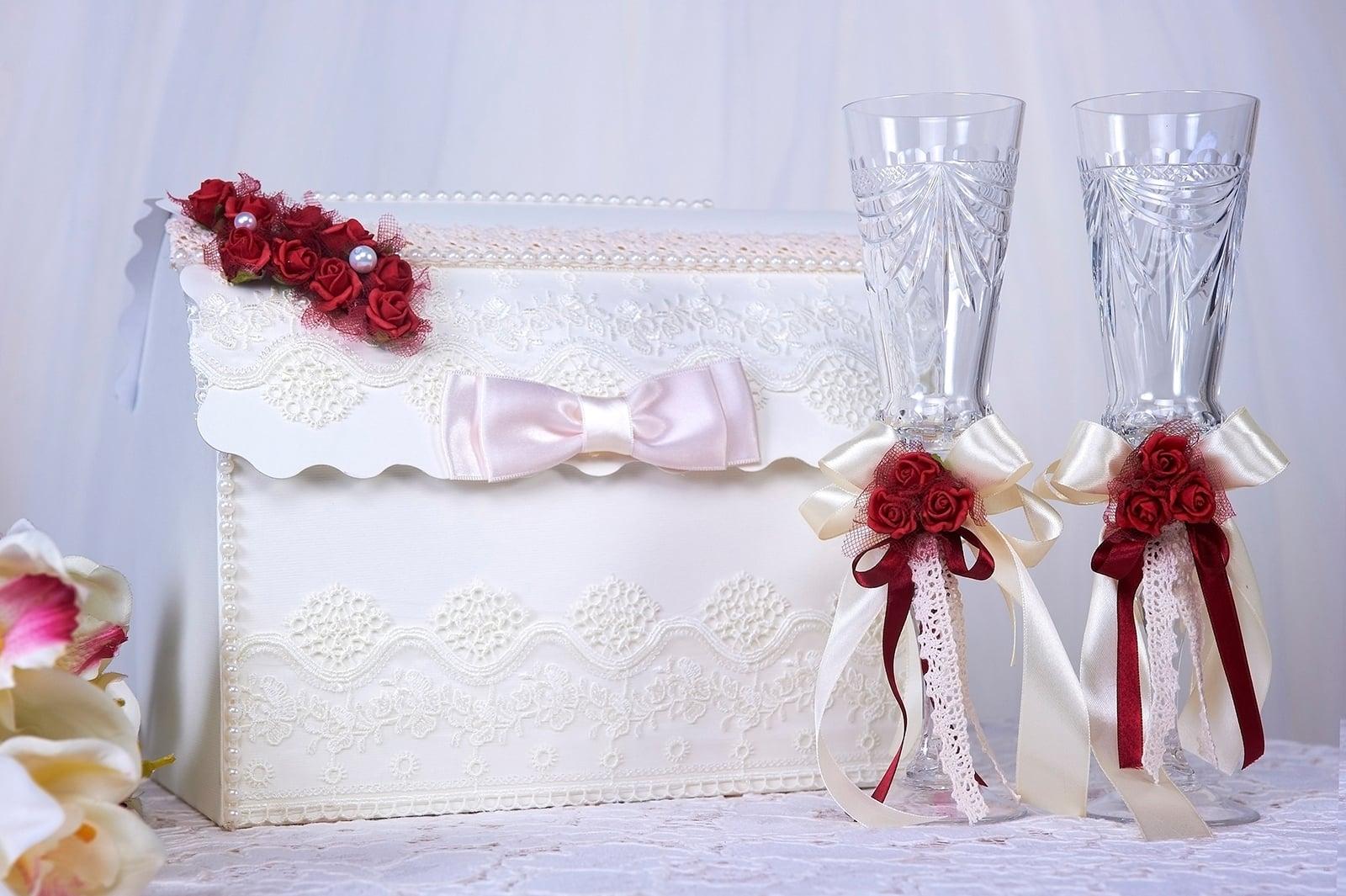 Кружевная свадебная корзинка, декорированная алыми бутонами.