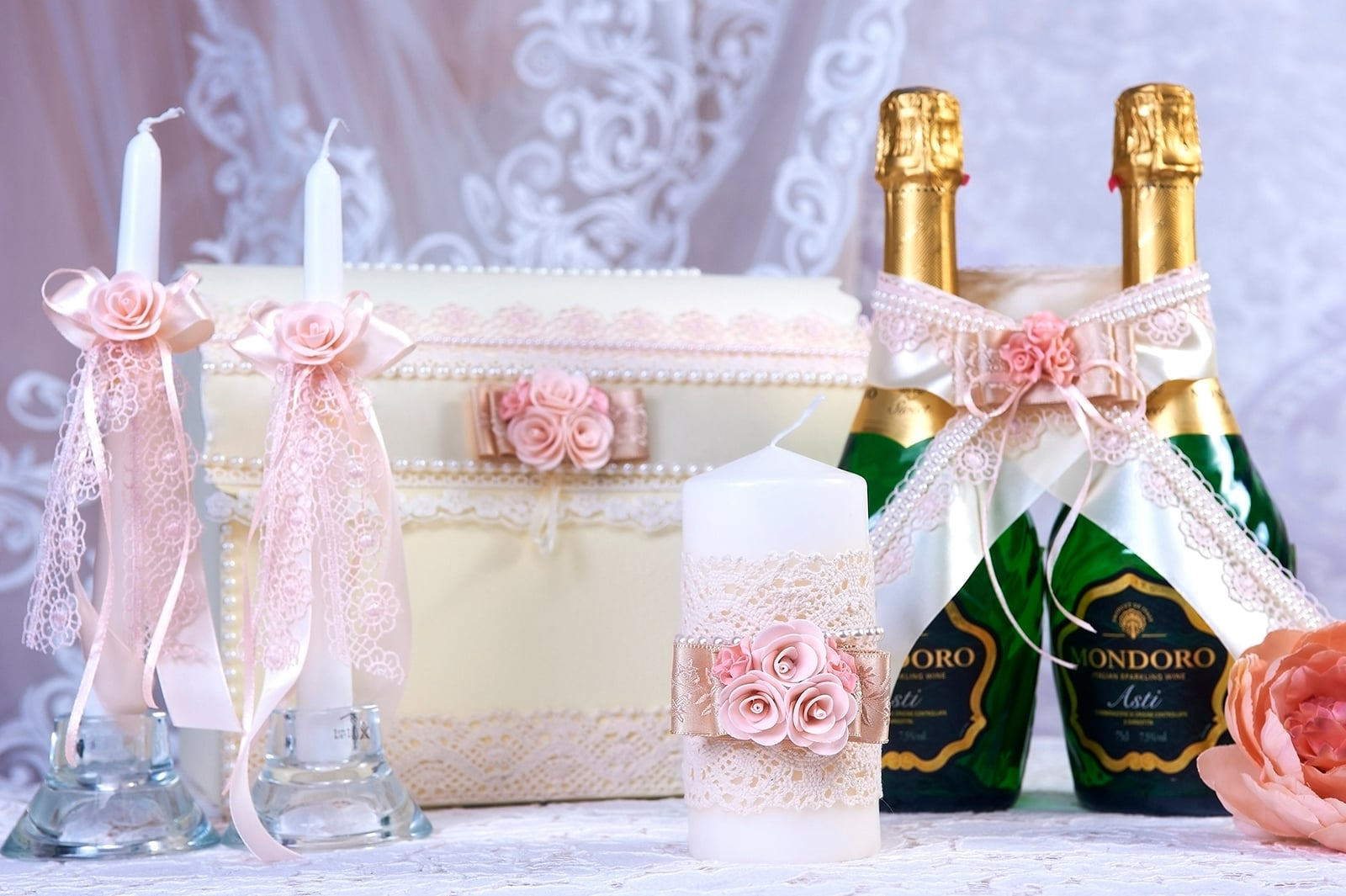 Кружевной свадебный набор в кремово-розовых тонах.