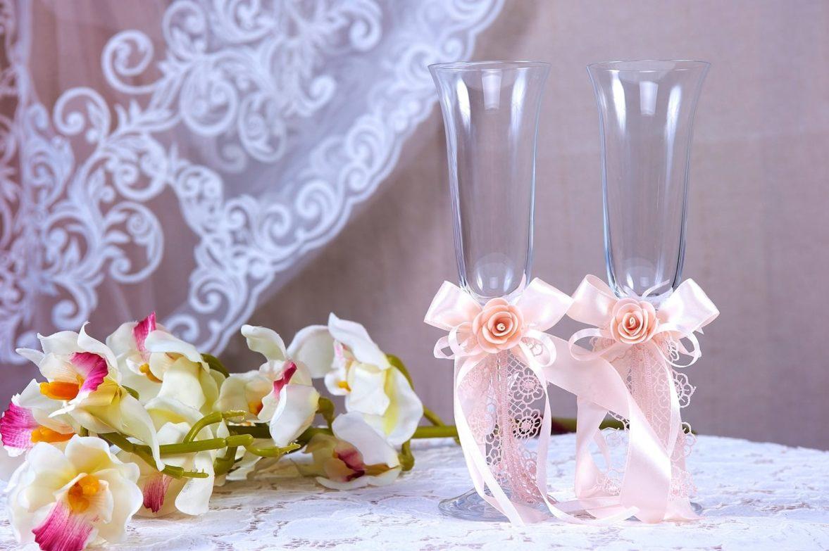 Прозрачные свадебные фужеры с пышными розовыми бантами.