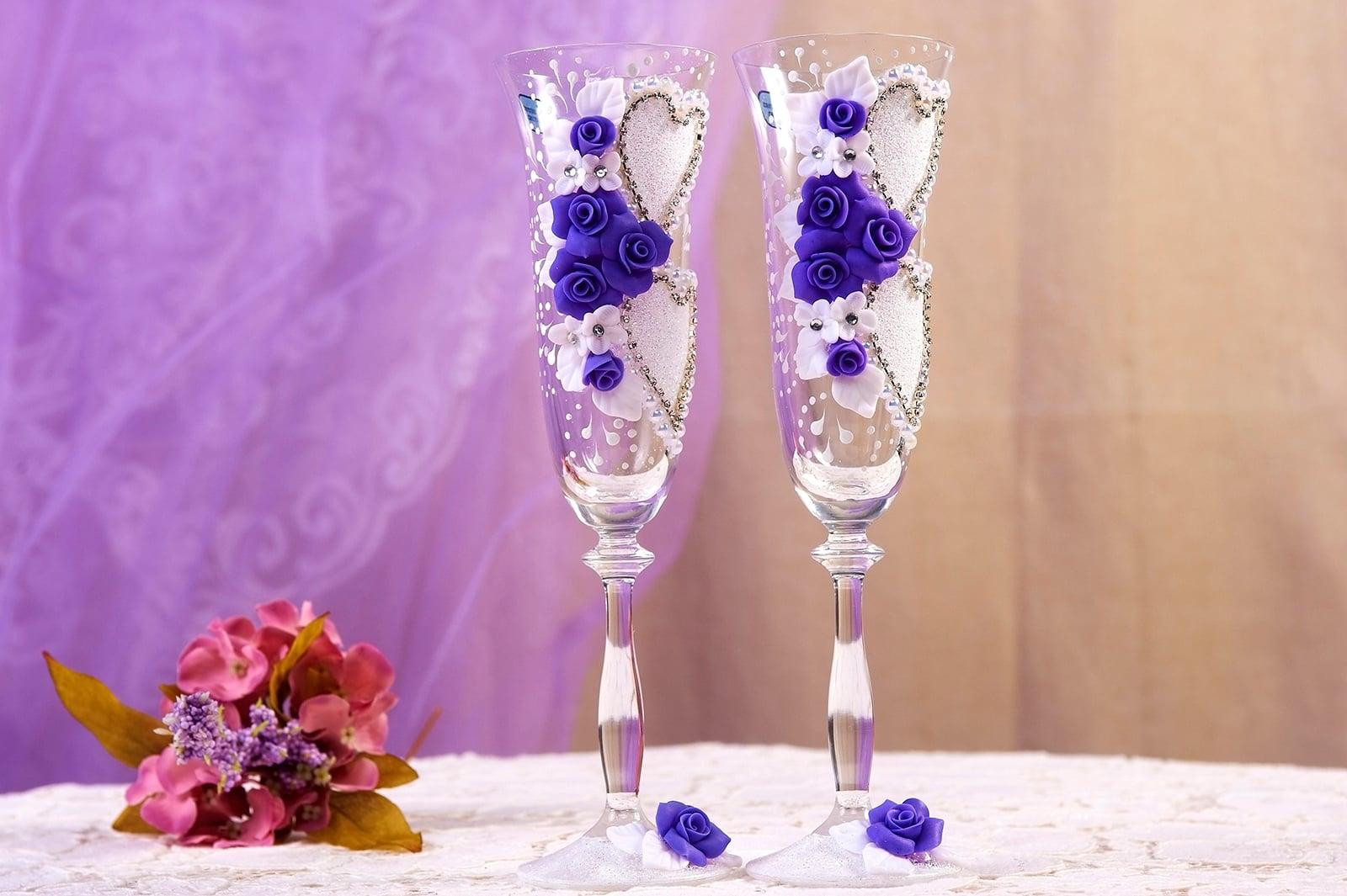 Свадебные фужеры с романтичным бело-фиолетовым декором.