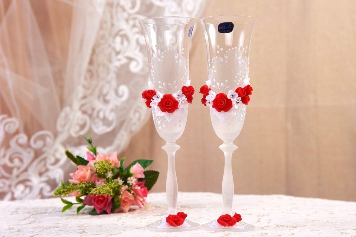 Прозрачные свадебные фужеры с бело-красным декором с объемными бутонами.