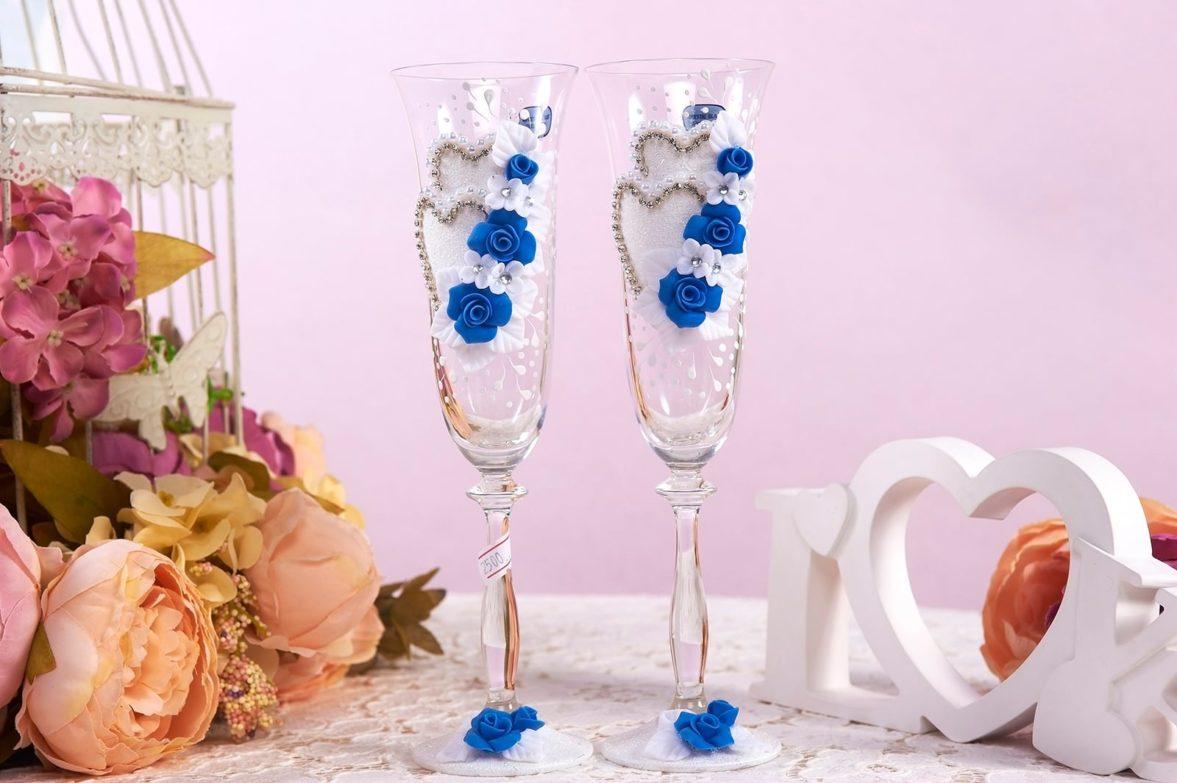 Свадебные фужеры, украшенные объемными бело-синими бутонами.