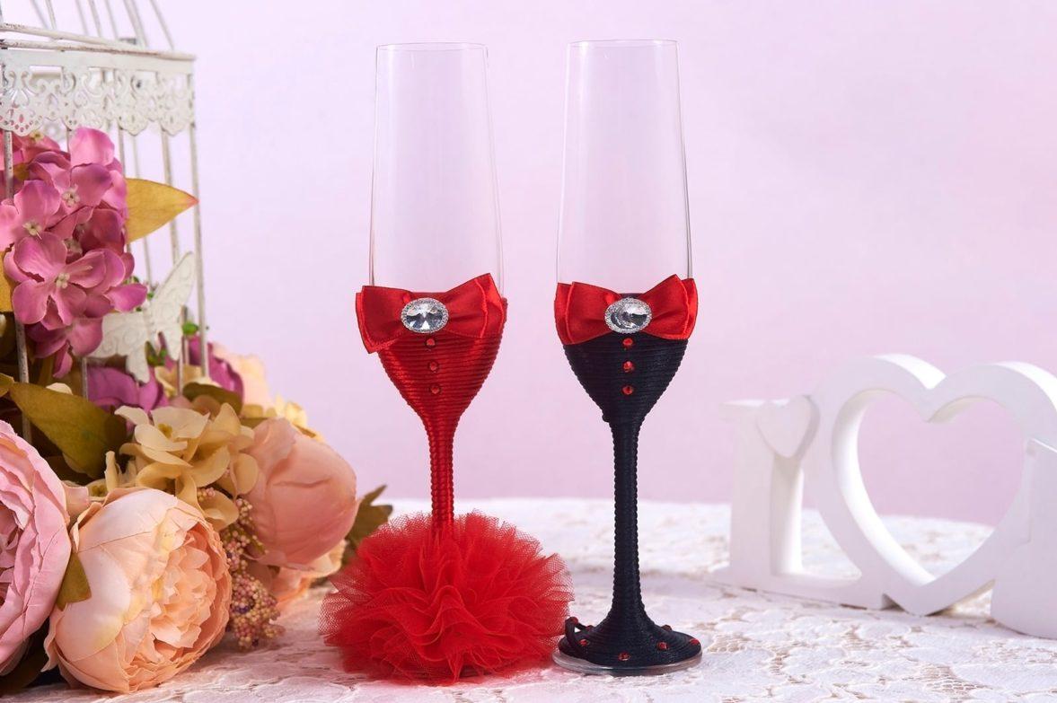 Прозрачные свадебные фужеры с красно-черным декором на ножках.