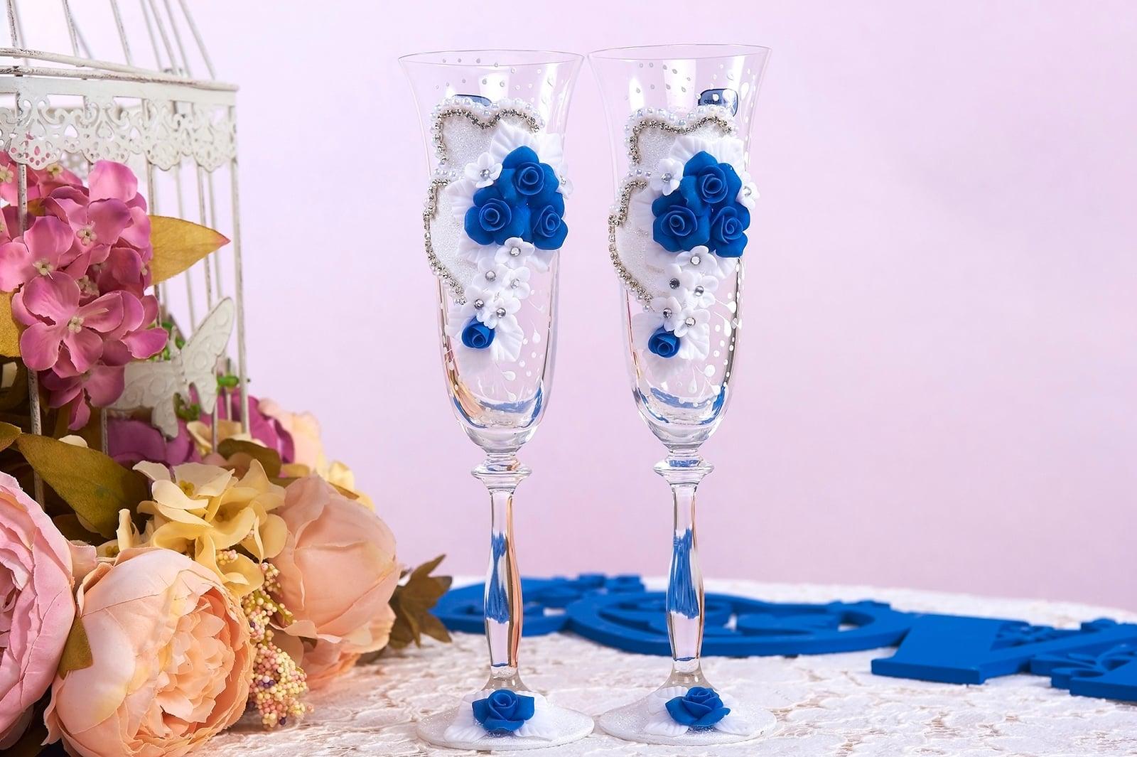Свадебные фужеры из прозрачного стекла с эффектным бело-синим декором.