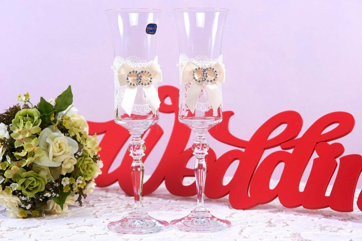 Свадебные фужеры из прозрачного стекла с атласными бантами.