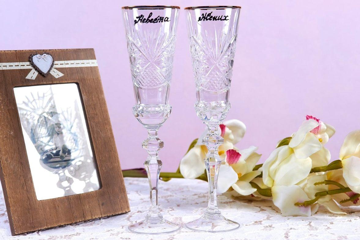 Прозрачные свадебные фужеры с гравировкой и надписями «Жених» и «Невеста».