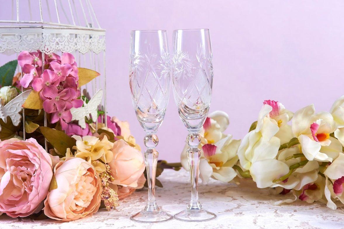 Лаконичные свадебные фужеры из прозрачного стекла с гравировкой.