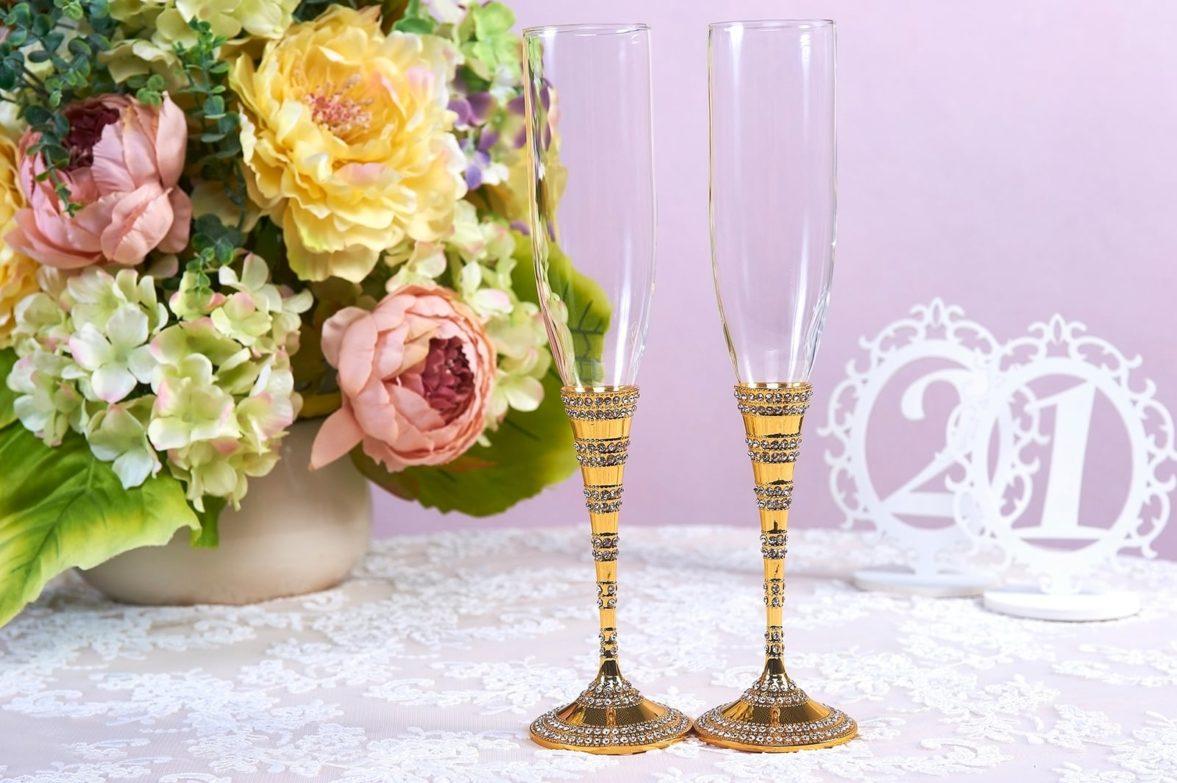 Элегантные свадебные фужеры с золотистыми ножками с бисером.