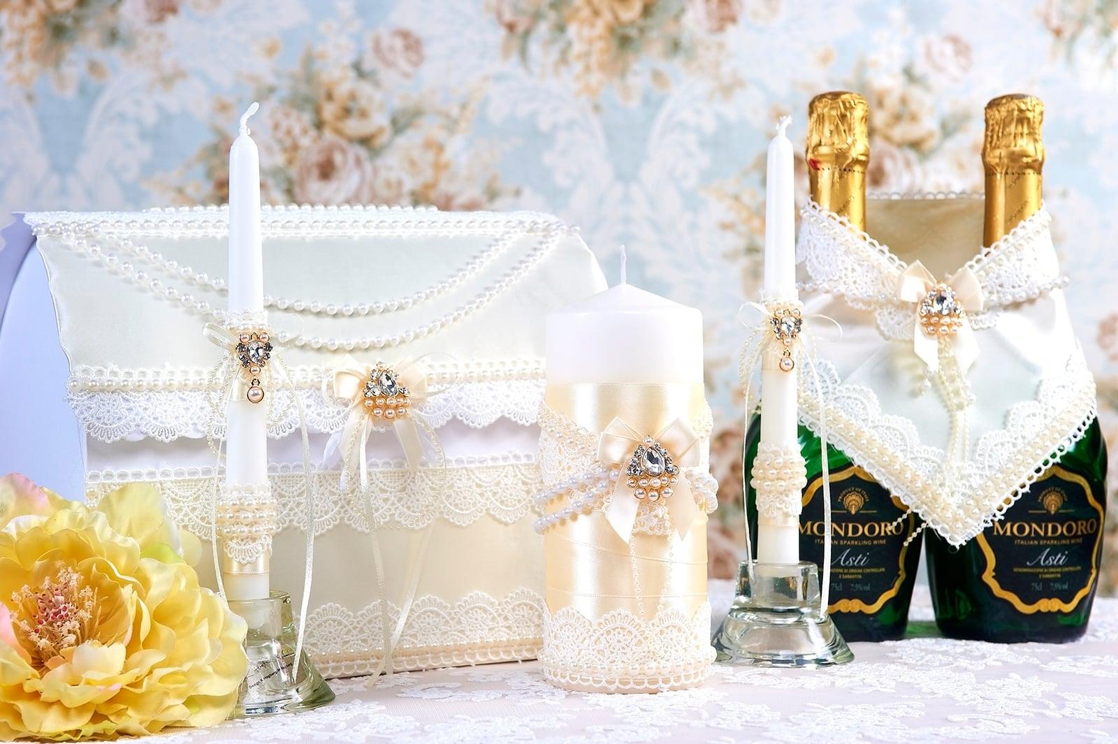 Белый свадебный набор с отделкой бусинами и лентами.