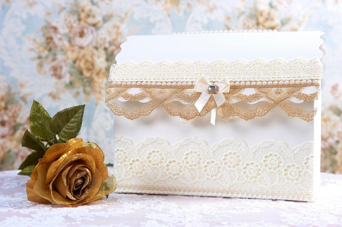 Кружевная свадебная корзинка с бежевой отделкой.