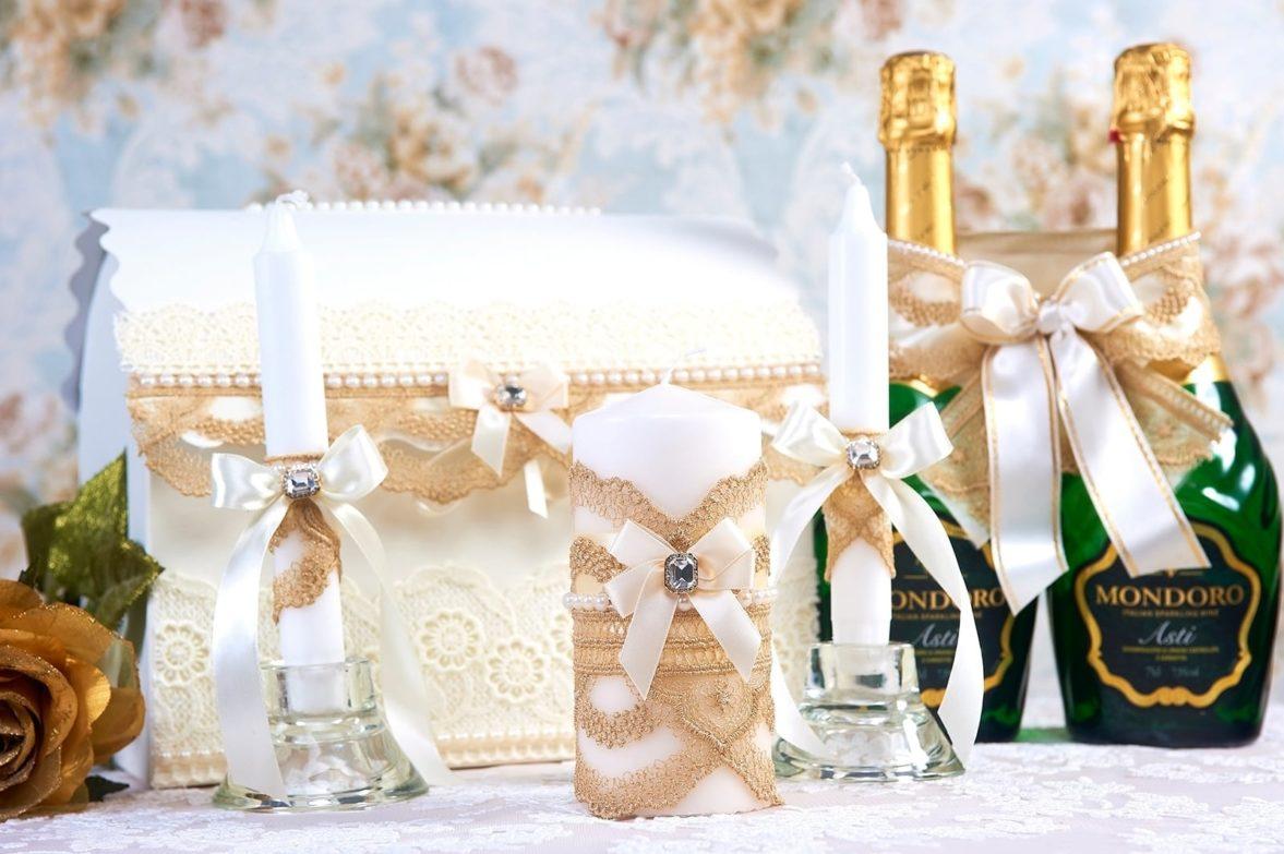 Свадебный набор, декорированный золотистым кружевом и бусинами.