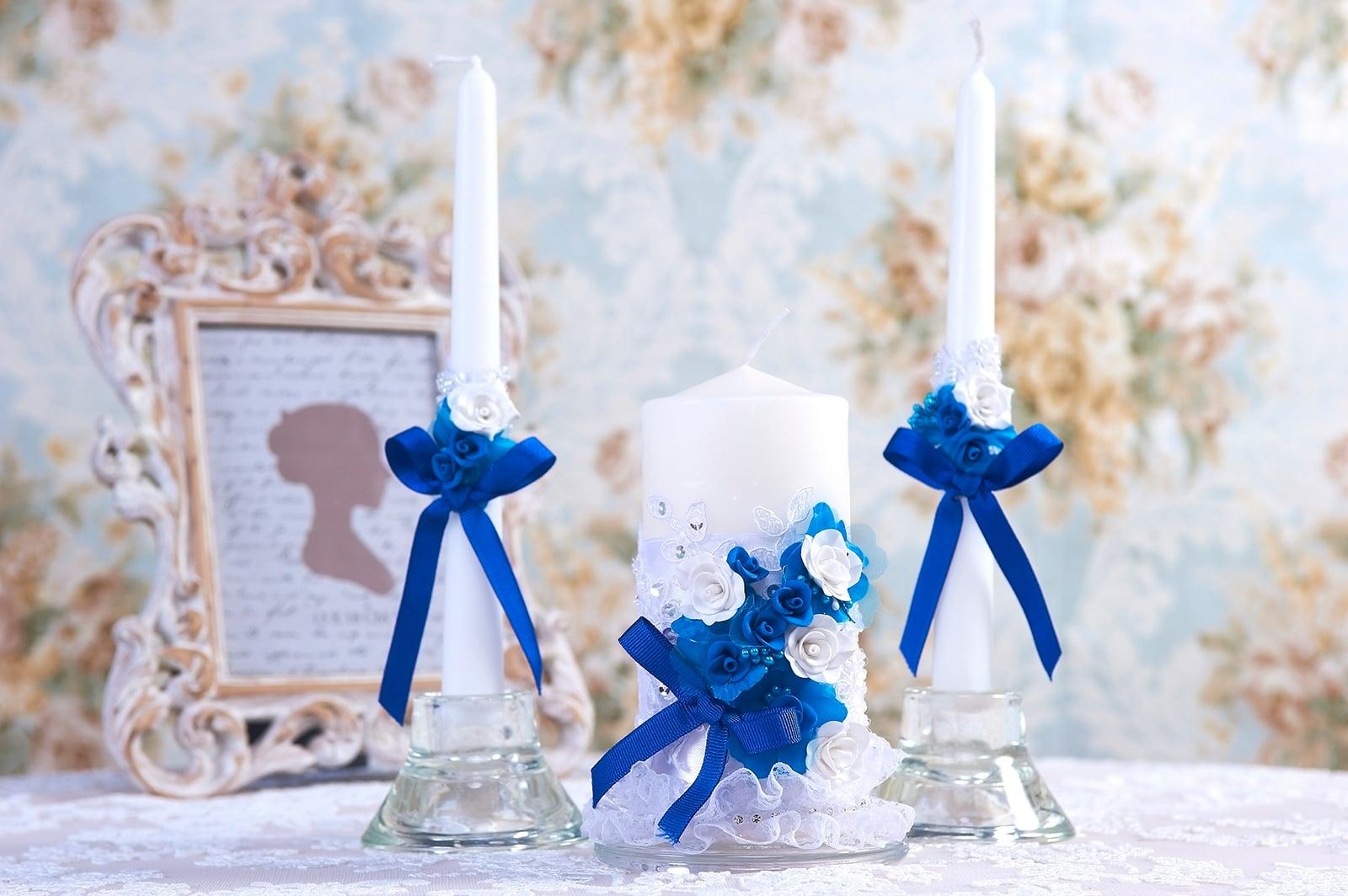 Свадебные свечи с бело-голубым декором из атласа.