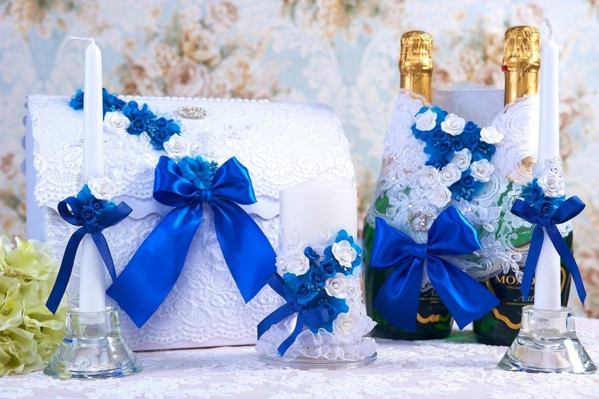 Кружевной свадебный набор с ярким синим декором из атласа.