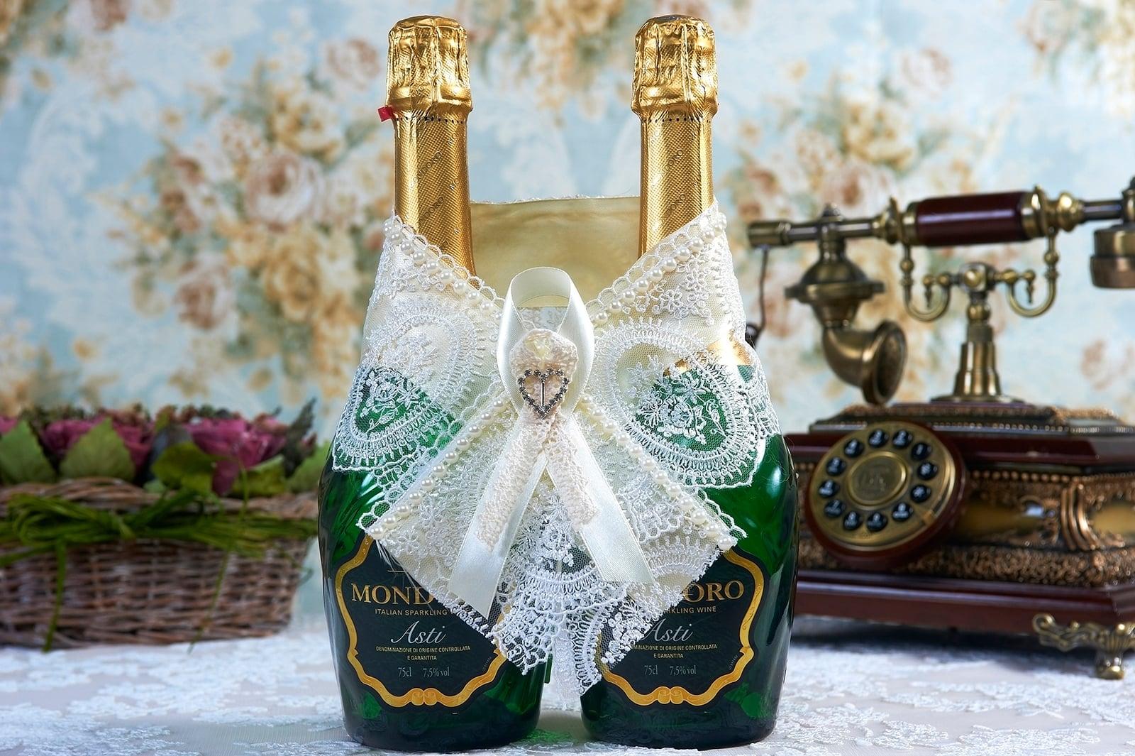 Роскошное кружевное украшение для шампанского с атласной лентой.