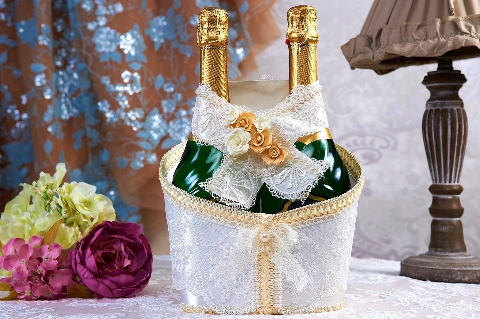 Белоснежное украшение для бутылок шампанского с кремовыми бутонами.