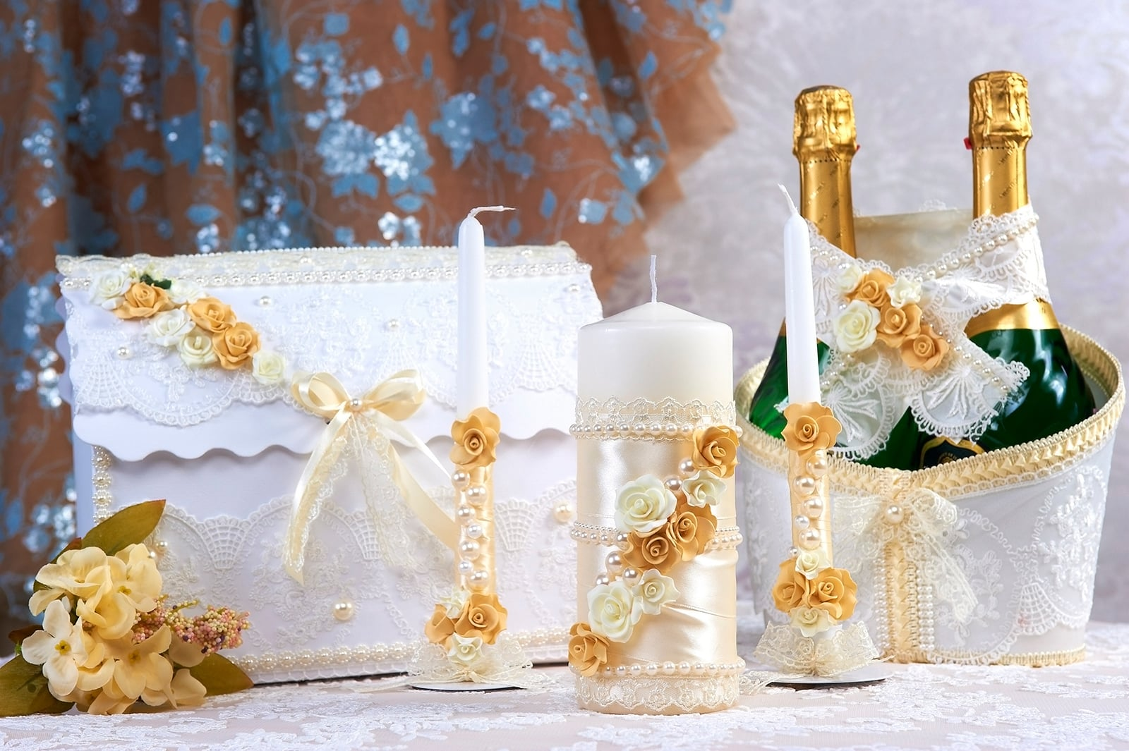 Свадебный набор с золотистым декором из кружева и бутонов.