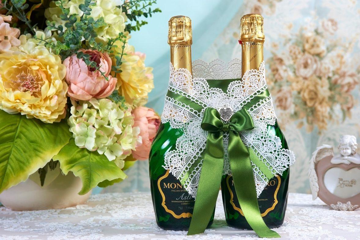 Кружевное украшение для шампанского, украшенное зелеными лентами.