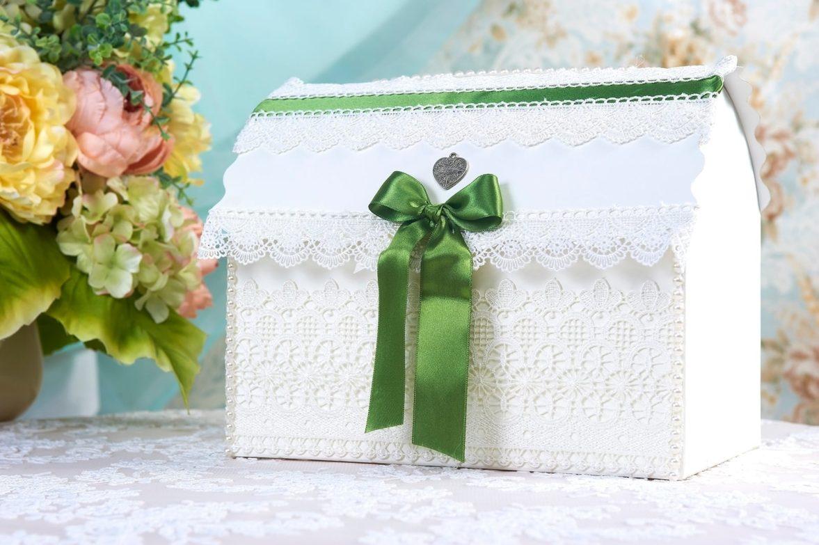 Кружевная свадебная корзинка белого цвета с декором из зеленого атласа.