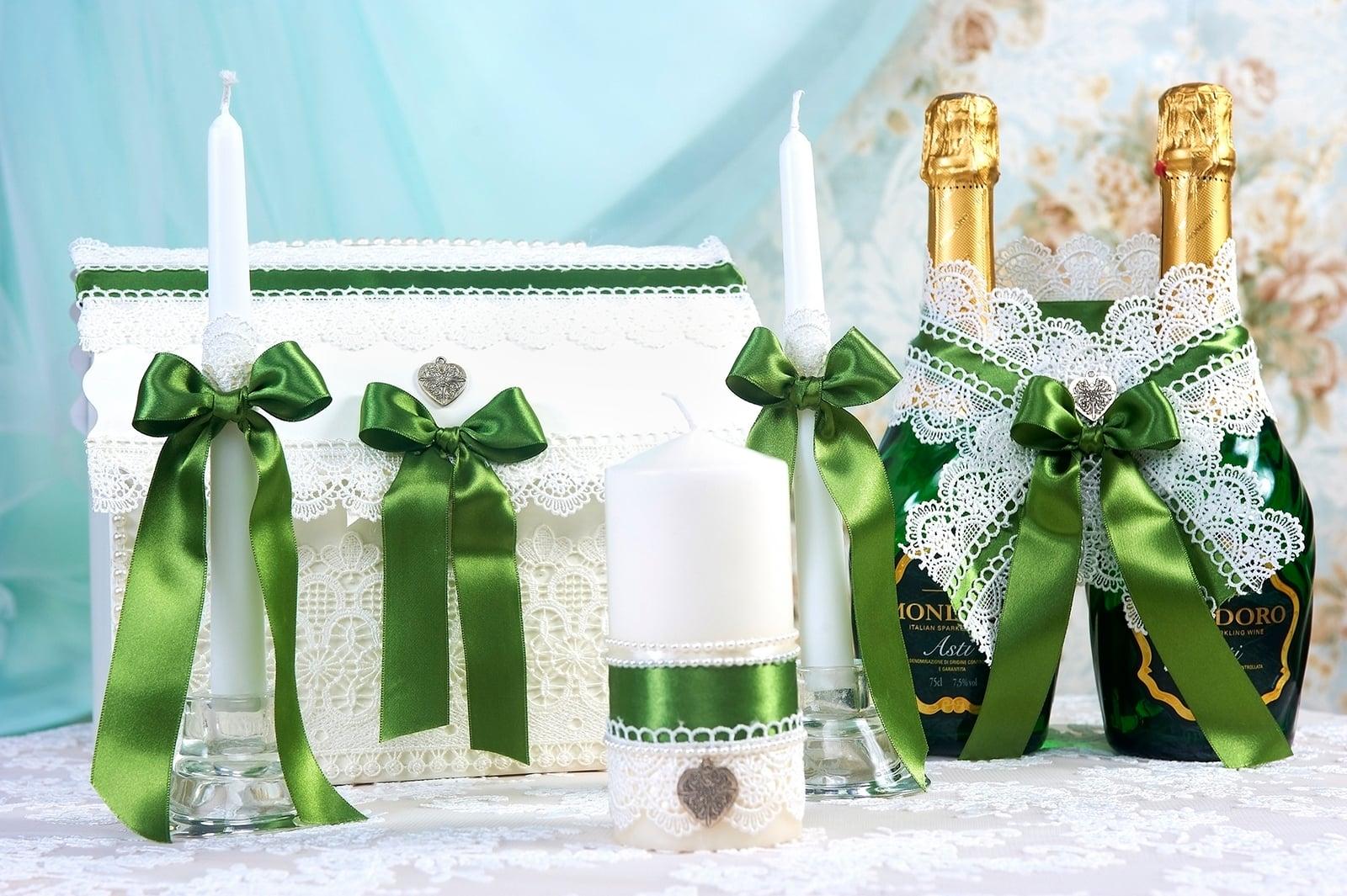 Свадебный набор с белым кружевом и зелеными лентами.