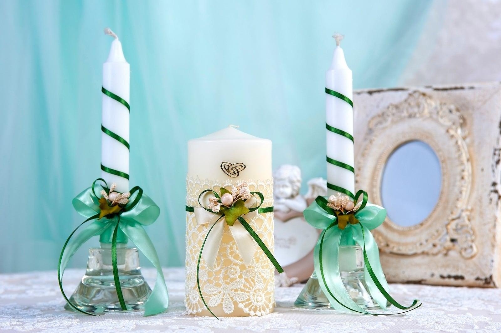 Свадебные свечи в желто-зеленых тонах, украшенные кружевом.