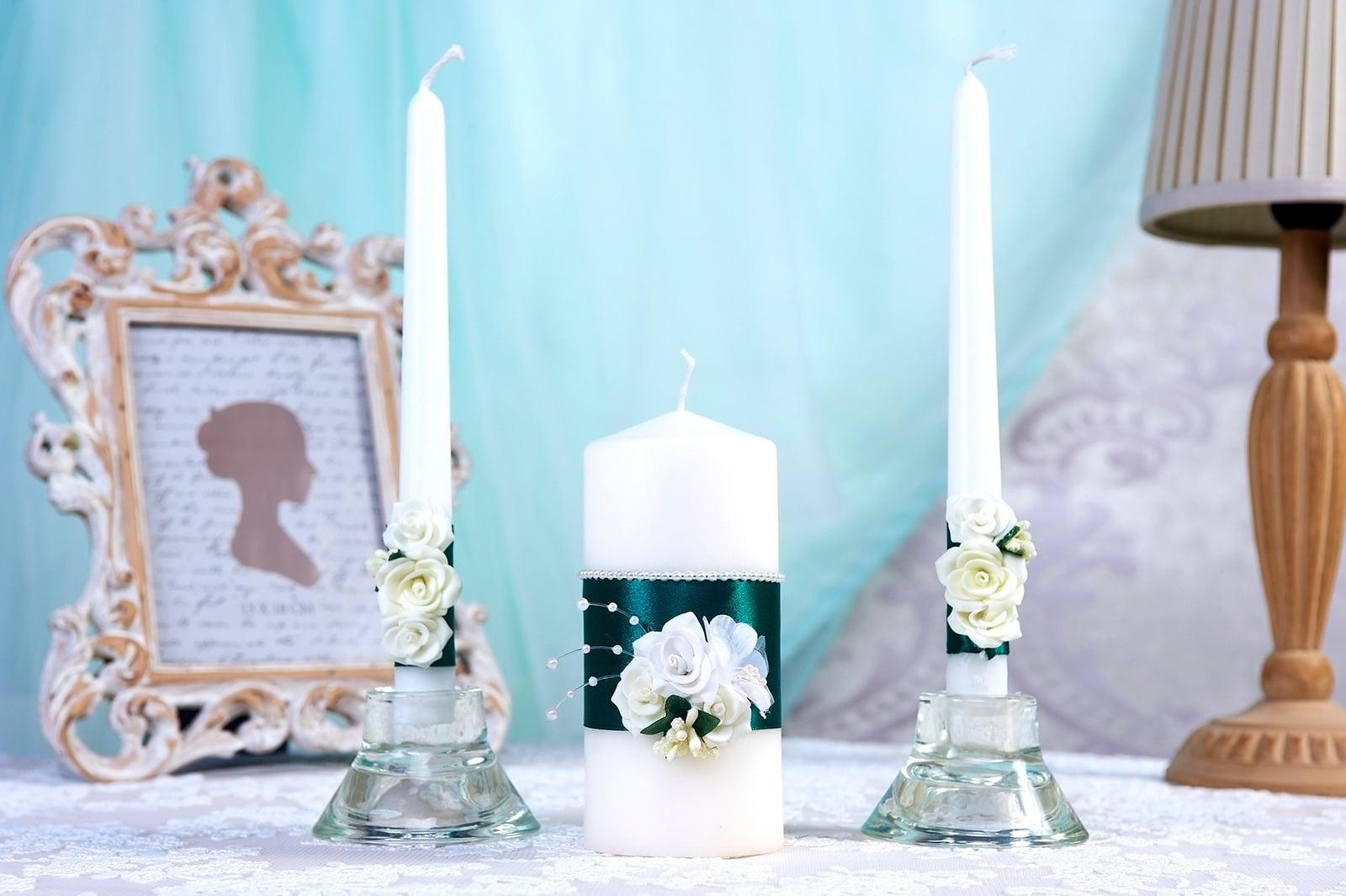 Свадебные свечи с темно-синими атласными лентами и бусинами.