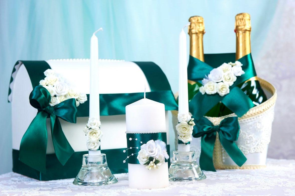 Белый свадебный набор, оформленный изумрудными лентами.
