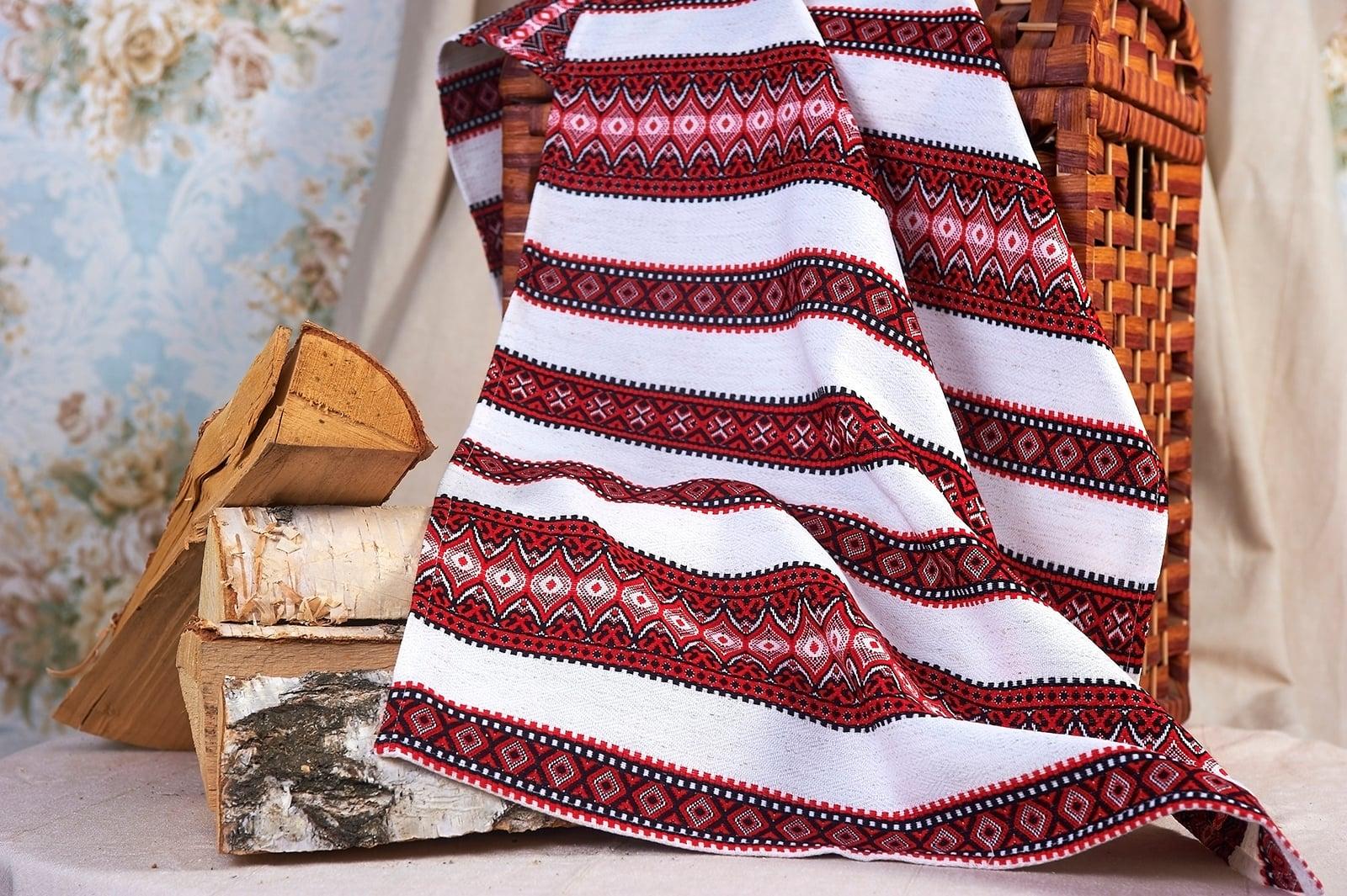 Узорчатый свадебный рушник белого цвета с красными полосами.