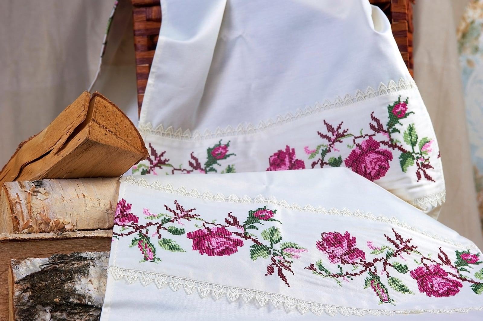 Белый свадебный рушник с цветочным мотивом в сиреневых тонах.